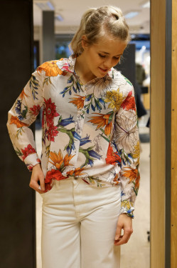 Humming floral blouse eggshell